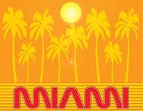 与棕榈树的迈阿密红色字法在橙色日落背景 旅行明信片 向量例证