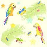 与棕榈树和鹦鹉的无缝的背景 免版税库存照片