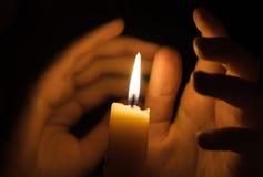 与棕榈的蜡烛火在它附近 免版税库存图片