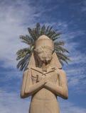 与棕榈的雕象在它后 免版税图库摄影