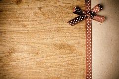 与棕色丝带和牛皮纸的背景 图库摄影