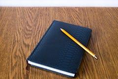 与棕色书签的简单的蓝色皮革笔记和 图库摄影