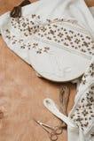 与棕色和米黄颜色的刺绣样式的木箍在帆布的,在木桌上 土气样式 选择聚焦 库存照片