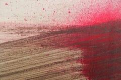 与棕色和红色油漆的绘画的技巧在多灰尘的金属篱芭 库存图片