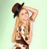 与棕色帽子的美丽的方式妇女纵向 库存图片