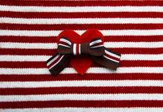 与棕色弓的红色心脏在礼物 免版税库存图片