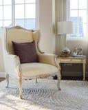 与棕色枕头的经典椅子在地毯在葡萄酒卧室 免版税库存图片