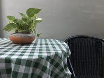 与棕色椅子的咖啡桌上面 免版税库存照片