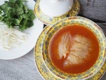 与棕色沙司服务的中国鲨鱼` s飞翅汤在皇家黄色碗 库存图片
