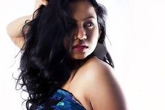 与棕色眼睛的美好的印地安女性模型 免版税库存照片