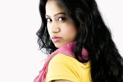 与棕色眼睛的美好的印地安女性模型 免版税库存图片
