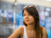 与棕色头发的年轻作白日梦的妇女画象 库存照片