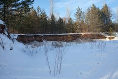 与森林、河和蓝天的美好的冬天风景 一个冷的冬日 晴朗明亮的日 免版税库存图片
