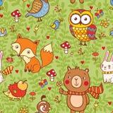 与森林动物的逗人喜爱的无缝的样式 免版税库存图片