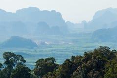 与森林和村庄的绿色热带谷。在Thaila南部 免版税库存图片