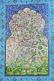 与森林花和鸟的样式在墙壁上的瓦片在伊朗 免版税库存图片
