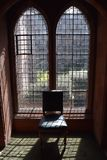 与椅子关闭的哥特式窗口 免版税库存图片