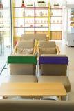 与椅子的内部咖啡馆 免版税库存图片