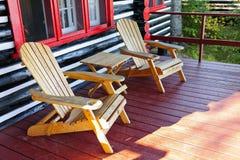 与椅子的原木小屋门廊 免版税图库摄影