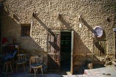与椅子的古老门在街道 库存图片