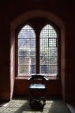 与椅子的哥特式窗口 免版税库存图片