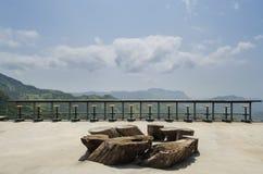 与椅子的壮观的室外大阳台在晴朗的大阳台 免版税库存图片