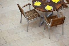 与椅子的室外夏天咖啡馆桌 库存照片