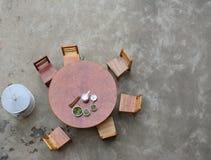 与椅子的木圈子表 鸟景色神色 免版税库存照片