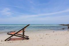 与椅子的海滩 免版税库存图片