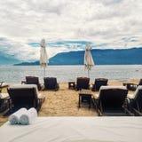 与椅子的海滩场面 库存照片