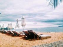 与椅子的海滩场面 库存图片