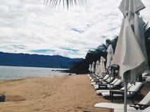 与椅子的海滩场面 免版税库存照片