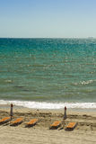 与椅子的热带海滩 库存图片
