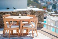 与椅子的白色桌在夏天倒空露天咖啡馆在豪华旅馆里 免版税库存照片
