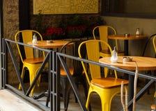 与椅子的街道咖啡馆 库存照片