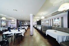 与椅子的表和沙发在餐馆 免版税库存照片