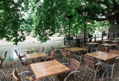 与椅子的表在沿史特拉斯堡运河的一家餐馆  免版税图库摄影