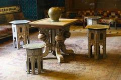 与椅子的阿拉伯桌-开罗,埃及 免版税图库摄影
