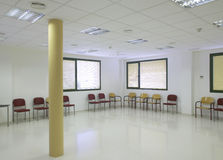 与椅子的医院等候室。 免版税库存照片
