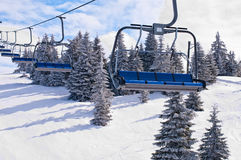 与椅子的滑雪电缆车 免版税库存照片