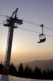 与椅子的滑雪电缆车 免版税库存图片