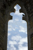 与椋鸟的老曲拱视窗 免版税库存照片