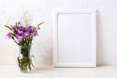 与植物名的白色框架大模型在水罐开花 库存图片