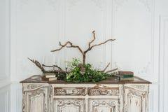 与植物和手工制造羊毛装饰的白色古老葡萄酒洗脸台 免版税库存照片