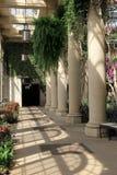 与植物和花的老石专栏在他们, Longwood庭院, PA附近装饰了, 2017年 库存照片