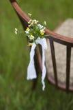 与植物布置的葡萄酒椅子仪式的 库存照片