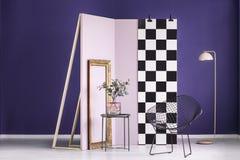 与植物的紫罗兰色演播室内部 免版税库存照片