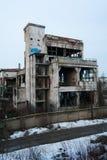 与植被和街道画的被放弃的工厂厂房 免版税库存照片