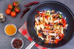 与椎茸的混合菜在煎锅 在视图之上 免版税图库摄影