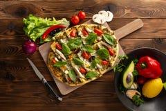 与椎茸鸡和菜的比萨在木背景 免版税库存图片